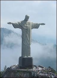 Sur quelle ville brésilienne le Christ Rédempteur veille-t-il depuis 1931 ?
