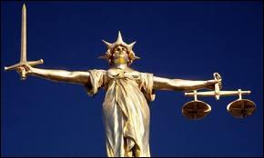 Que représente cette statue londonienne située sur le toit du Old Bailey ?