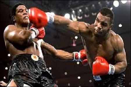 Quel boxeur est devenu le plus jeune champion du monde poids lourds le 22 novembre 1986 ?