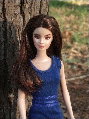 Qui est cette brunette, l'indice étant la robe bleue ?