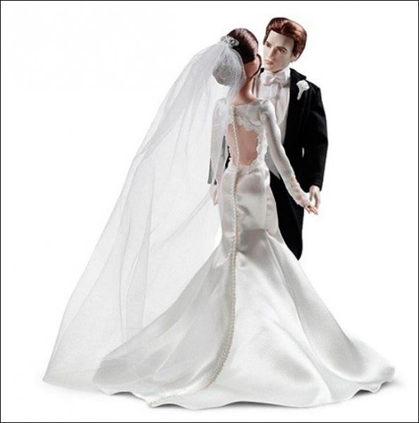 La poupée porte ici une réplique presque parfaite de la somptueuse robe de mariée. Quel cadeau Bella recevra-t-elle de sa mère pour parfaire sa tenue ce jour précis ?