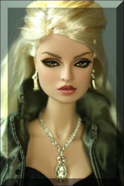 Quelle est cette blonde aux longs cheveux ?