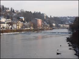 Sur cette image, quelle ville Vosgienne est traversée par la Moselle ?