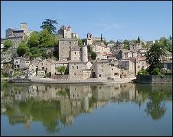 Le fleuve Lot conflue avec le fleuve Garonne dans le département ...