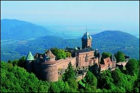 Le château du Haut-Koenigsbourg. Château médiéval restauré et bénéficiant d'une très forte fréquentation touristique.