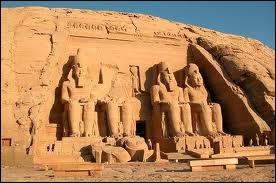 Le grand temple d'Abou Simbel et sa façade composée de quatre statues colossales de Ramsès II.