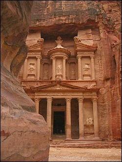 Le Khazneh. Le plus célèbre des monuments de Pétra, cité taillée dans la roche et ancienne capitale des Nabatéens.