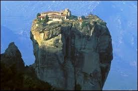 Les monastères des Météores. Monastères chrétiens orthodoxes perchés au sommet d'impressionnantes masses rocheuses.