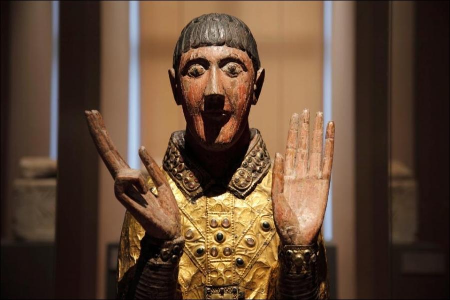 Observez ce buste-reliquaire de Saint-Césaire, en bois, argent et cuivre repoussé et doré, filigranes, cabochons de verre, saphirs, améthystes. Il se trouve à Maurs, département :