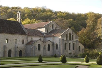 L'abbaye Saint André de Lavaudieu fut fondée en 1057 par l'abbé de Turlande. De quel style est-elle ?