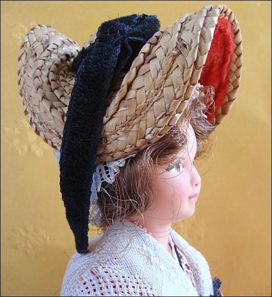 Le costume bourbonnais se compose d'une jupe froncée à la taille, recouverte d'un tablier enveloppant, d'un corsage à longues manches et d'un fichu drapé sur les épaules. Comment appelle-t-on le chapeau qui en complète l'ensemble ?