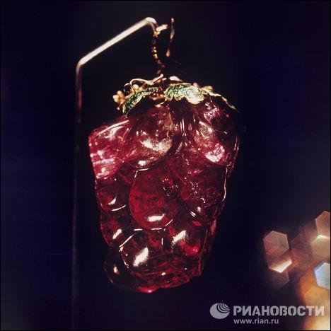 Ce magnifique bijou en forme de grappe a été offert par le roi Gustave III de Suède à l'impératrice Catherine II. Dans quelle pierre fine est-il taillé, façonné, poli ?