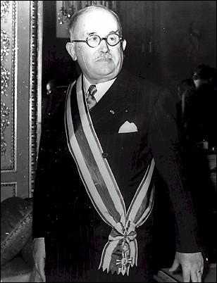Premier président de la IVe République, qui voit le jour après la Seconde Guerre mondiale, Vincent Auriol est élu en 1947 président de la République. Quelle proposition est erronée ?