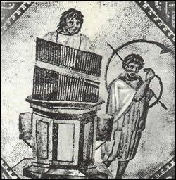 Terminons en musique. Il s'agit du premier orgue de l'histoire, originaire d'Alexandrie. Ce noble instrument est pratiqué par les patriciens.