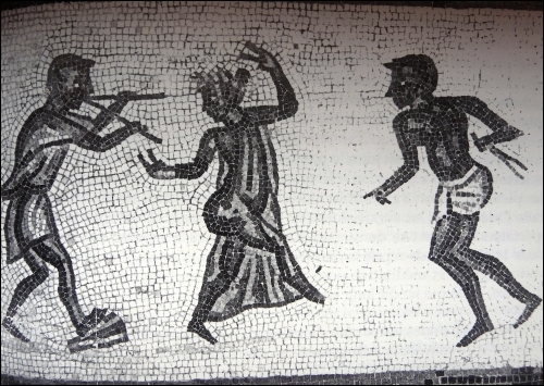 Encore un peu de musique et de gaieté. De quels instruments le musicien, à gauche, joue-t-il sur la mosaïque ci-contre ?
