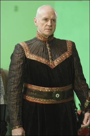 Parce que le Prince James aimait Blanche-Neige et refusait donc d'épouser Abigail, son père adoptif, le Roi George (qui a déjà perdu son 1er fils adoptif) a décidé... ?
