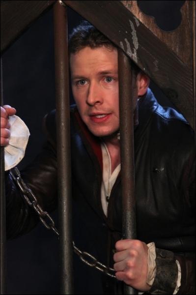 James réussit à s'échapper du château de Regina qui va l'exécuter grâce à qui ?
