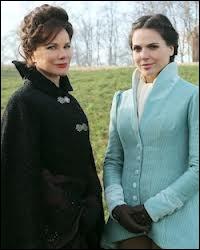 Regina a une mère magicienne et très ambitieuse, voire perverse sur les bords, Cora, laquelle a monté une machination dans quel but ?