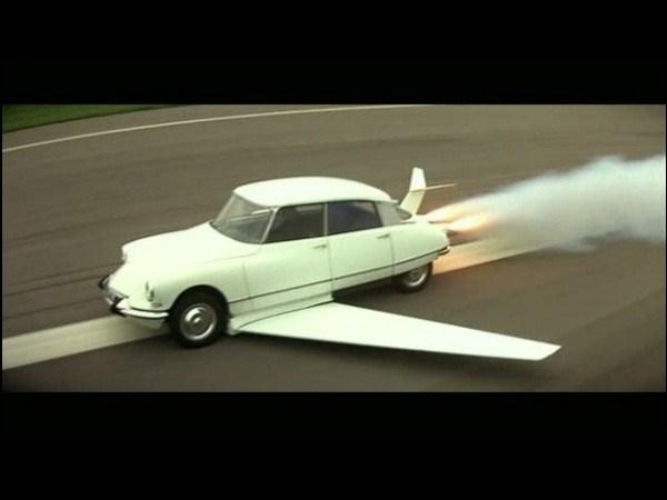 Qui n'a jamais rêvé de s'envoler au volant de sa voiture ? Lui l'a fait :