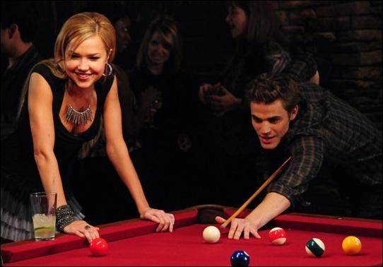 En arrivant, elle rencontre Elena. Pourquoi critique-t-elle sa relation avec Stefan ?
