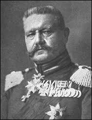 Qui est ce maréchal prussien qui a incité le gouvernement allemand à négocier l'armistice, mais qui, quelques années plus tard dira que l'armée allemande a reçu un coup de poignard dans le dos ?