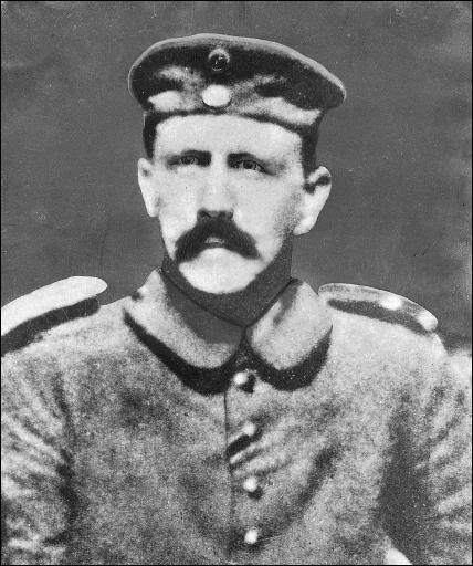 Né le 20 avril 1889 en Autriche et mort par suicide, on lui a prêté des pratiques sexuelles déviantes, allant du masochisme à la coprophilie et il pratiquait l'ondinisme avec sa nièce. Qui est-il ?