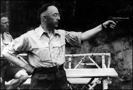 Il fallait à Hitler un 'homme à tout faire' qui mette en pratique les idées qu'ils partagent, ce fut son éxécuteur démoniaque. Quel est ce technocrate, bosseur, assoiffé de pouvoir et sans affect ?