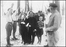 Il dénonçait le système capitaliste, voulait supprimer la propriété privée et rejoindra l'aile droite du parti en 1921. Quel est cet universitaire nazi plus proche des frères Strasser que d'Hitler ?