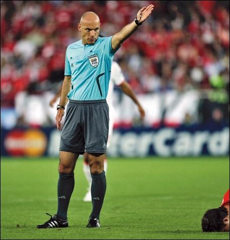 Comment s'appelle cette personne qui a pour rôle d'arbitrer un match de foot ?