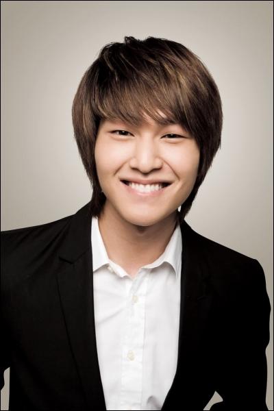 Je suis à la SM, je suis le leader de mon groupe qui est composé de 5 personnes, j'ai une forte ressemblance avec Jeongmin de Boyfriend, je suis...