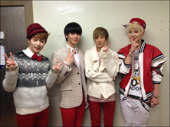 Qui étaient les 4 chanteurs qui on repris  Loving U  de Sistar au Music Bank special Chirstmas ?