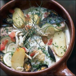 Vous aimerez le contenu de cette  chaudière  toute fumante que le serveur charentais pose sur votre table : poisson au vin blanc préparé avec des pommes de terre.