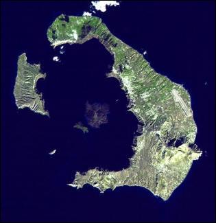 Ce mot vient du portugais, signifiant  chaudron . Quand il s'agit d'un terme utilisé en géomorphologie il fait référence à une dépression volcanique. Où se situe la caldeira de Santorin ?