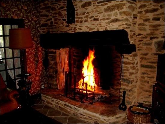 C'est l'endroit sombre de la cheminée où l'on fait le feu. Donnez la liste qui contient des synonymes.
