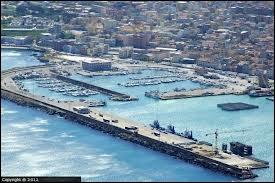 Voici une vue aérienne de Porto Torres. Donnez son pays.