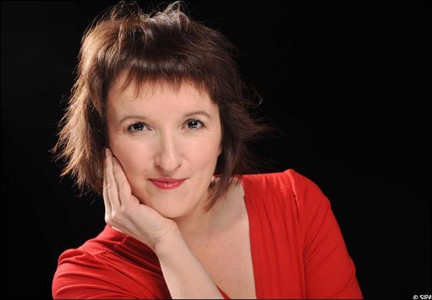 Une humoriste française toujours de rouge vêtue :