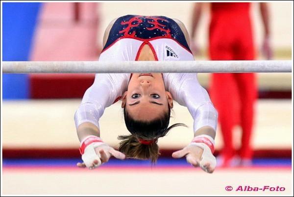 En quelle année est-elle sacrée championne junior d'Europe au saut et aux barres ?