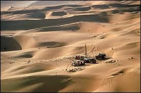 A quelle époque sont exploités les premiers gisements de pétrole à Abou Dhabi, ce qui permet le développement très rapide de l'émirat ?