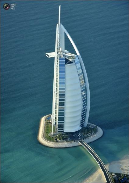 Dans quelle ville ultra-technologique se situe cette tour ?