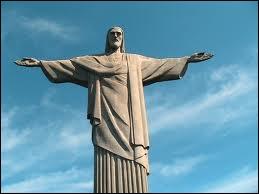 Quelle grande ville sud-américaine ce très célèbre monument surplombe-t-il ?
