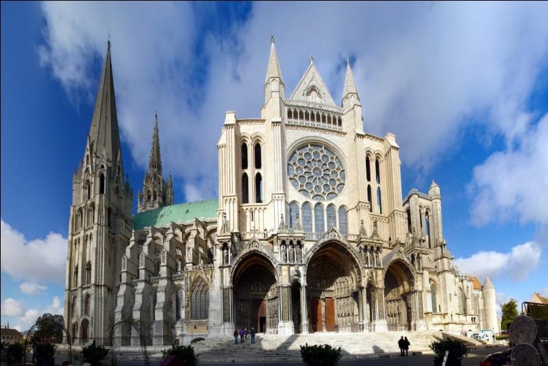 Cathédrale très bien conservée, construite de 1195 à 1220 sur les bases d'un ancien édifice roman. Dans les écoinçons de la rose nord on y voit les armes de Blanche de Castille et de Saint-Louis.