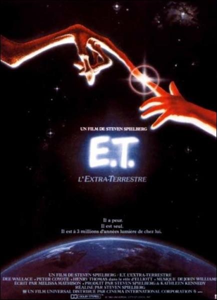 Comment se prénomme le petit garçon qui découvre la créature cachée dans son jardin dans  E. T. l'extra-terrestre ?