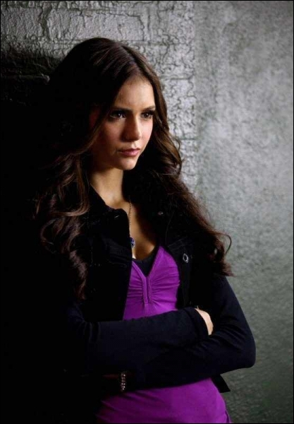 De qui Katherine prétend-elle ne pas être amoureuse à son retour à Mystic Falls ?