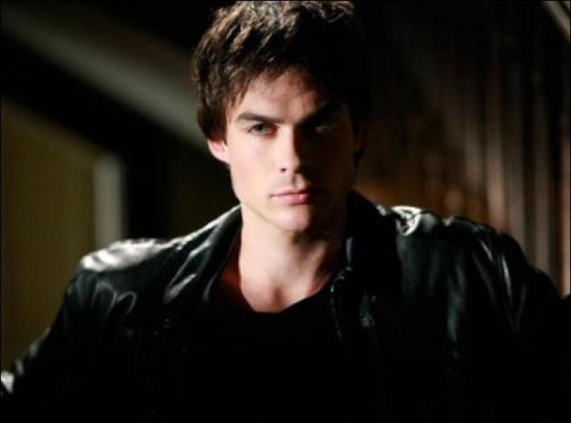 Avec qui Damon est-il en couple dans les premiers épisodes de la saison 1 ?