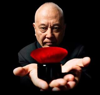Shu Uemura est connu pour être le pionnier du make-up, mais il connaît l'art de l'estampe à la japonaise et il maîtrise le trait en véritable calligraphe. Il est né dans un quartier de Tokyo.