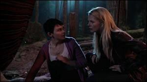 Avec qui Emma et Blanche-Neige se retrouvent-elles dans le monde magique ?