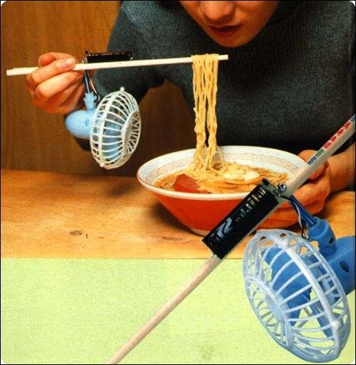 Ceci est une invention parfaite pour tout ceux qui savent manger avec des baguettes.