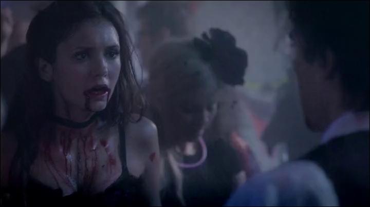 Avec qui Elena se rend-elle à l'université lors de l'épisode 4 ?