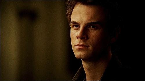 Qui a contraint Damon à tuer Jeremy ?