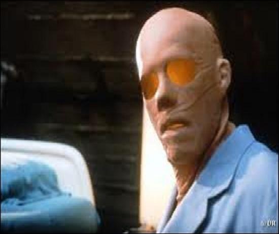 Film réalisé par Paul Verhoeven en 2000 avec Kevin Bacon dans le rôle principal.